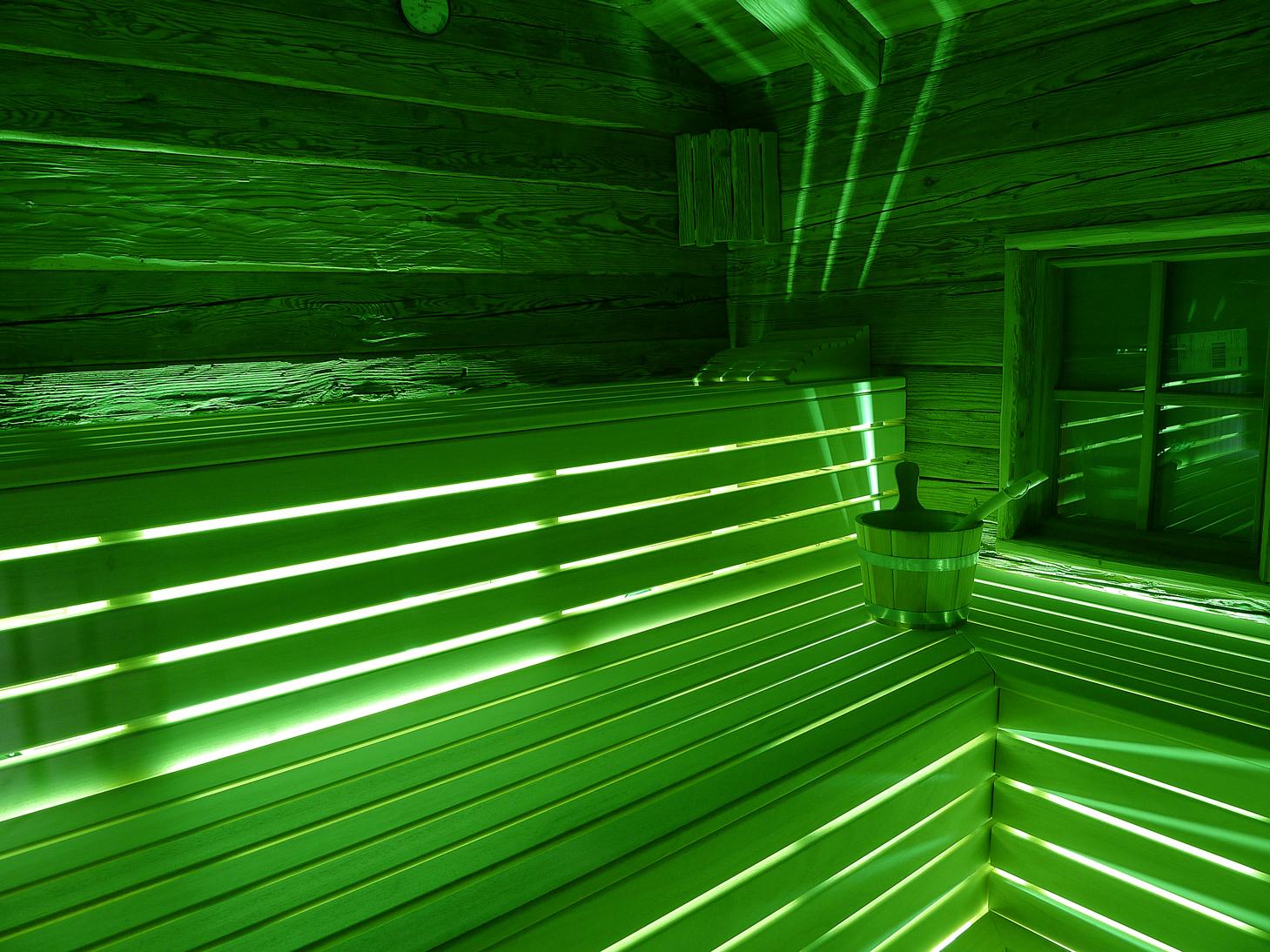 sauna beleuchtung paulus exklusiver saunabau in rustikaler bergh tten optik blockhaus sauna. Black Bedroom Furniture Sets. Home Design Ideas